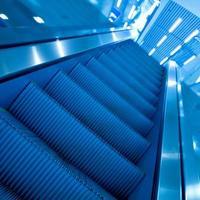 escada rolante em movimento foto