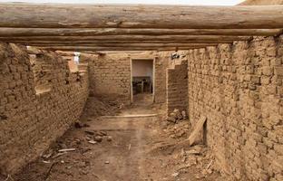 edifício de adobe em ruínas foto
