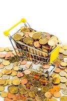 carrinho de compras com moedas foto