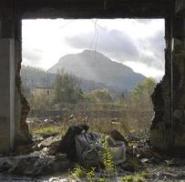 lixo e montanha foto
