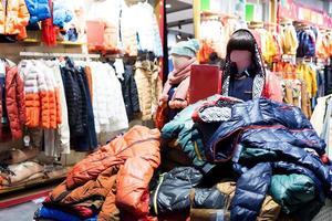 interior da loja de roupas da moda foto