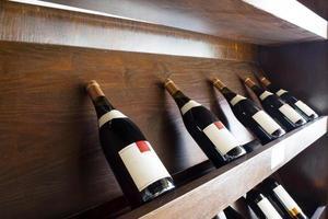 closeup tiro da prateleira de vinhos foto