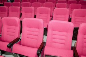 sala de reuniões com assentos vazios vermelhos foto