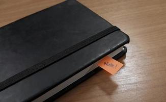 caderno com alguns stickies foto