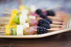 frutas em um palito de dente foto
