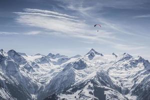 bela pista de esqui de montanha com kitzsteinhorn em segundo plano