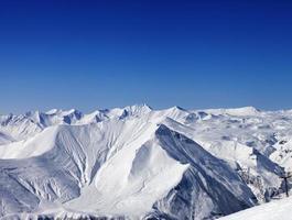 montanhas de inverno e céu azul claro em bom dia