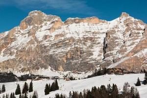 pico da montanha com sombra, sol, céu e teleférico foto