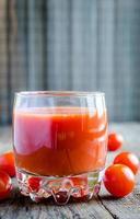 suco de tomate com tomate cereja foto