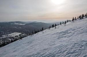 encosta da montanha neve inverno pôr do sol
