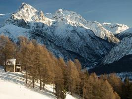 picos cobertos de neve nos Alpes suíços, Engadine, Suíça