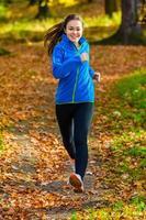 jovem mulher correndo ao ar livre foto
