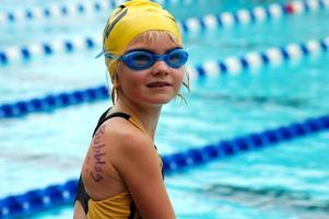 jovem nadador no encontro de natação foto
