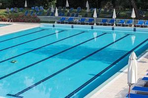 zona de relaxamento com vegetação e piscina