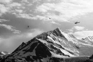 helicópteros com picos de montanha foto