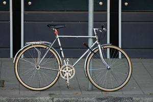 bicicleta conectada a um poste foto