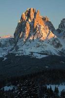 montanha sassolungo por do sol, trentino alto adige, itália foto