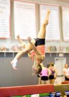 ginasta acima da trave foto