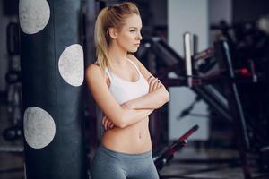 loira linda fazendo exercícios de ginástica foto