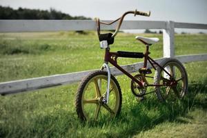 bmx bicicleta velha vintage, país cênico, efeito de desfoque foto
