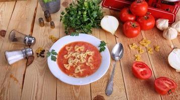 deliciosa sopa de tomate foto
