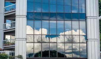 reflexão de nuvens foto