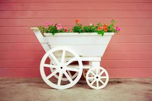 cesta de flores na bicicleta foto