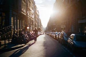 rua de paris com sol foto