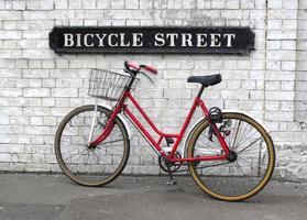 placa de rua de bicicleta com uma bicicleta foto