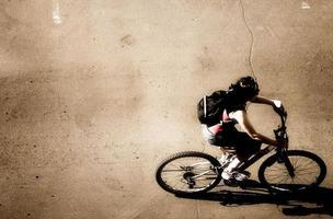 vista superior do ciclista foto