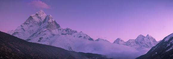pico de ama dablam e pôr do sol roxo no Himalaia