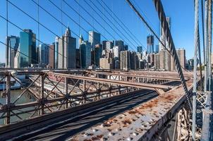 vista da ponte de brooklyn da baixa manhattan foto