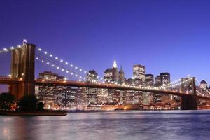 ponte de brooklyn e manhattan skyline à noite foto