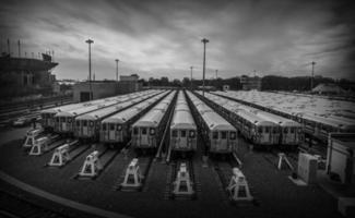 trens em preto e branco estacionamento foto