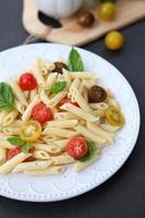 macarrão com tomates frescos foto