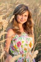 garota linda em um vestido caminha foto