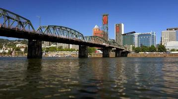 ponte de hawthorne sobre o rio willamette em portland, oregon foto
