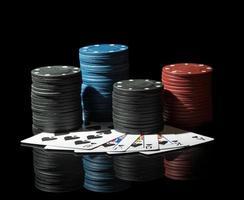fichas de pôquer coloridas com cartões foto