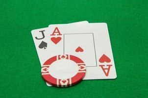 cartões de mão jack e ás blackjack com chip foto