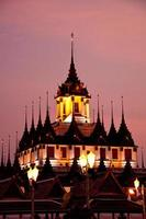 palácio de metal no crepúsculo, bangkok foto