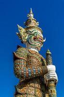 estátua de guarda gigante em wat pra kaew bangkok tailândia foto