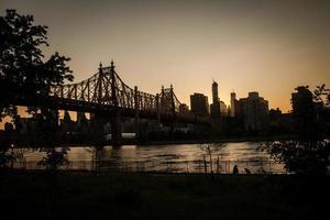 skyline ao pôr do sol foto