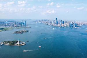 vista do céu da cidade de nova york, ilha da liberdade e ellis e cidade de jersey foto