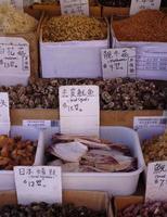 produtos frescos em chinatown foto