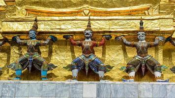 criaturas demoníacas míticas guardando a stupa dourada - Tailândia