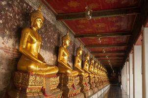 templo sutat em bangkok, tailândia foto