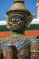 enorme estátua de garuda em wat phra kaew, bangkok, tailândia. foto