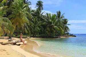 "vista principal da praia do sul na ilha ""pelicano"", panamá foto"