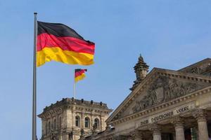 bandeira alemã no reichstag em berlim: parlamento alemão foto