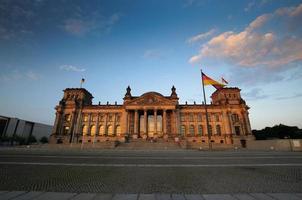 vista panorâmica sobre o reichstag à noite foto